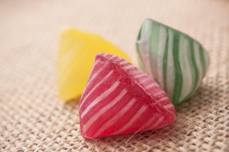 kolorowi tradycyjni cukierki na hessian tle fotografia royalty free