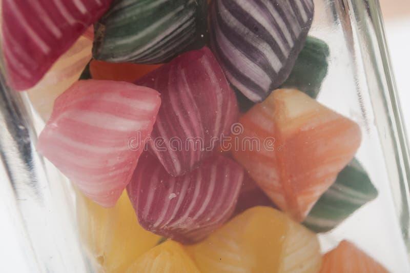 kolorowi tradycyjni cukierki w szklanym zbiorniku obraz royalty free