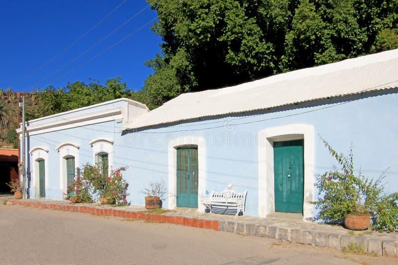 Kolorowi tradycyjni domy w ulicach misja San Ignacio, Baj Kalifornia, Meksyk fotografia stock