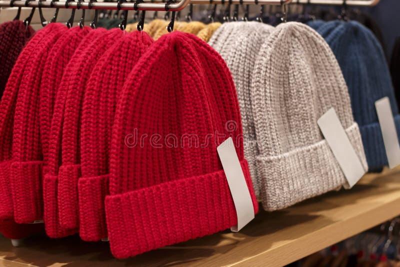 Kolorowi trykotowi kapelusze w sklepie odzieżowym, w górę zdjęcie royalty free