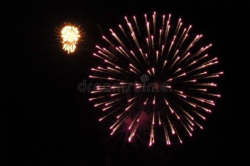 Kolorowi wakacyjni fajerwerki na czarnym nieba tle fotografia stock