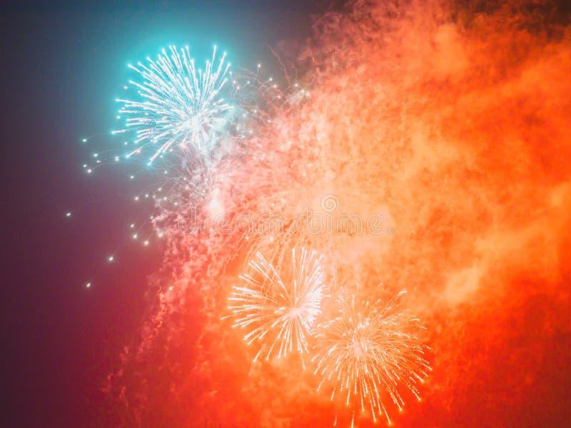 Kolorowi wakacyjni fajerwerki w ciemnym niebie zdjęcia royalty free