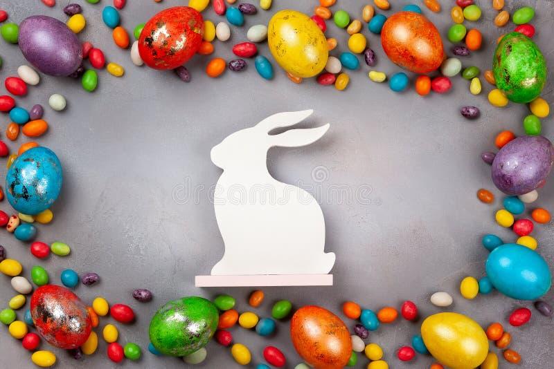 Kolorowi Wielkanocni jajka, czekoladowi Wielkanocni cukierki i królik, fotografia stock