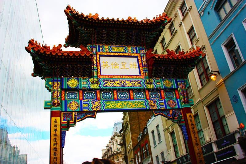 Kolorowy łuk wejście Chinatown w Londyn, w typowym malowniczym sąsiedztwie obrazy royalty free