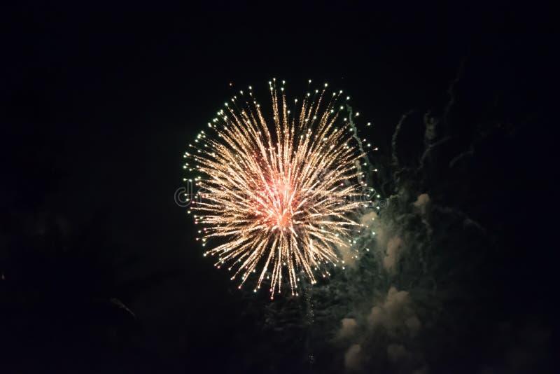 Kolorowy światło fajerwerki przy nowy rok nocą przy Pattaya obraz stock