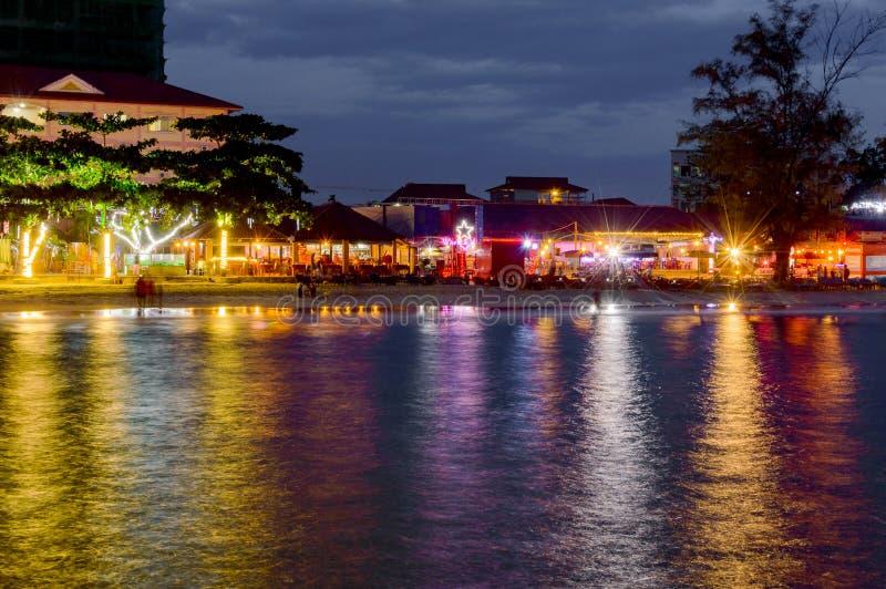 Kolorowy światło restauracje na plaży w Sihanoukville obrazy stock