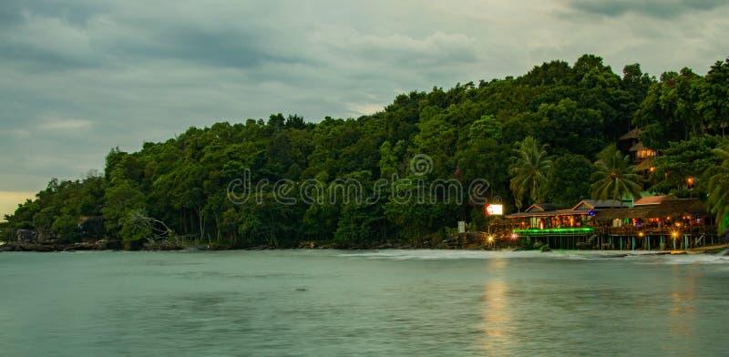Kolorowy światło restauracje na plaży w Sihanoukville fotografia royalty free