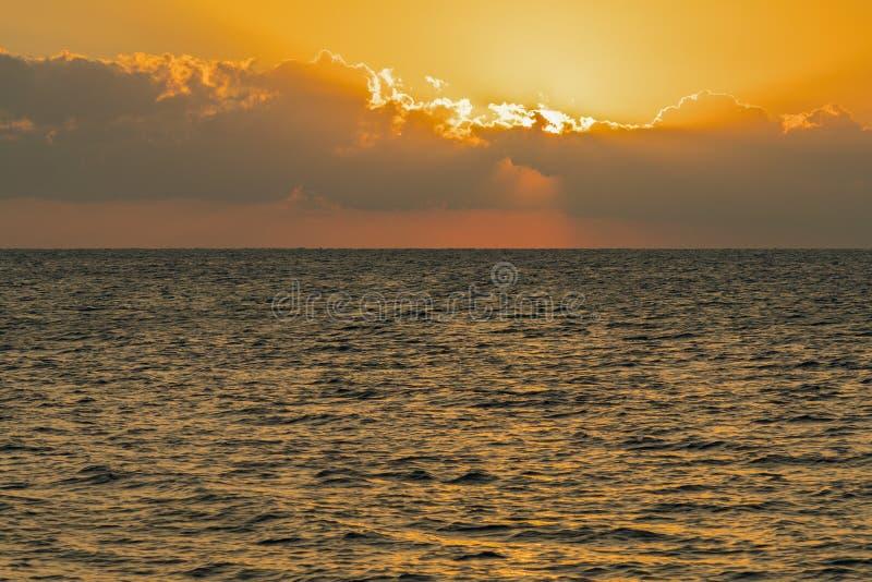 Kolorowy świt nad morzem, zmierzch Piękny magiczny zmierzch nad morzem fotografia royalty free