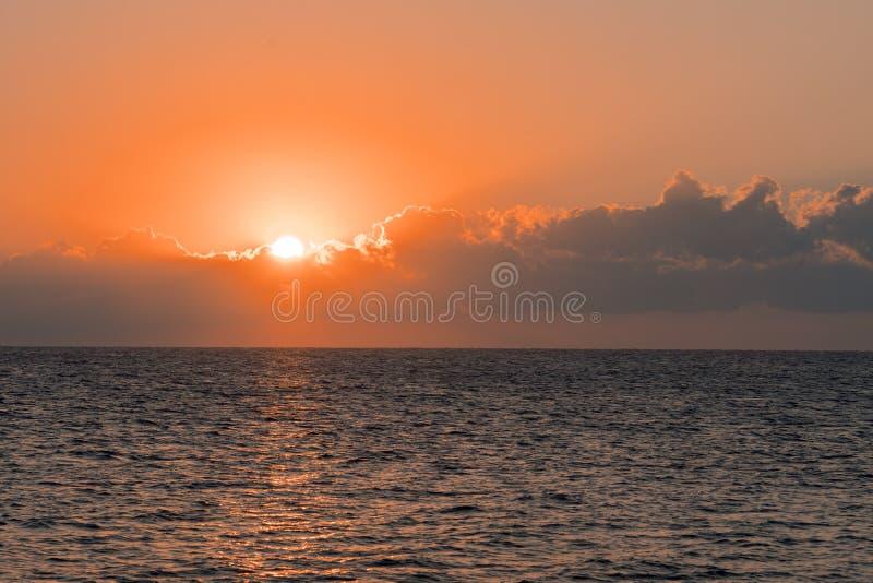 Kolorowy świt nad morzem, zmierzch Piękny magiczny zmierzch nad morzem obrazy royalty free