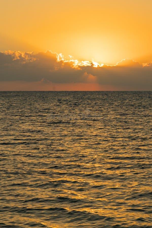 Kolorowy świt nad morzem, zmierzch Piękny magiczny zmierzch nad morzem Pionowo fotografia obrazy stock