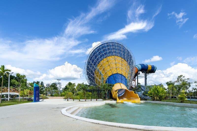Kolorowy ampuła rożka suwak, basen przy rozrywki wody parkiem i aquapark w pięknym dniu chmurnego i niebieskiego nieba fotografia royalty free