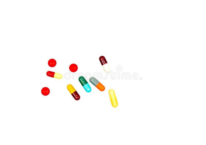 Kolorowy antybiotyczne kapsuł pigułki, pastylki odizolowywający na białym tle z ścinek ścieżką i obrazy stock