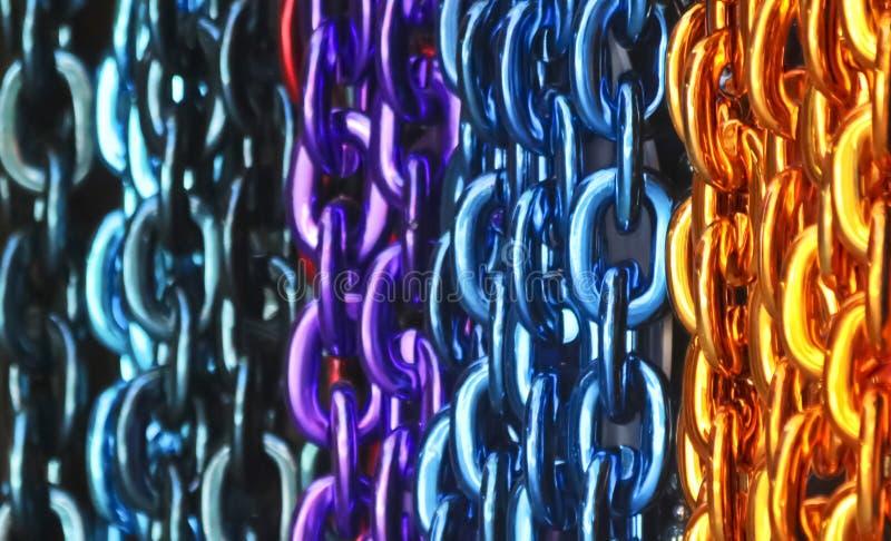 Kolorowy asortyment wiszących łańcuchów ozdobnych obrazy stock