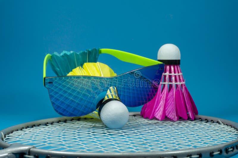 Kolorowy badminton shuttlecock z okularami przeciwsłonecznymi zdjęcia stock
