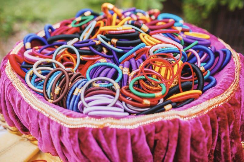 Kolorowy bangles lub uścisk na różowej tacy dla indyjskiego ślubu obraz stock