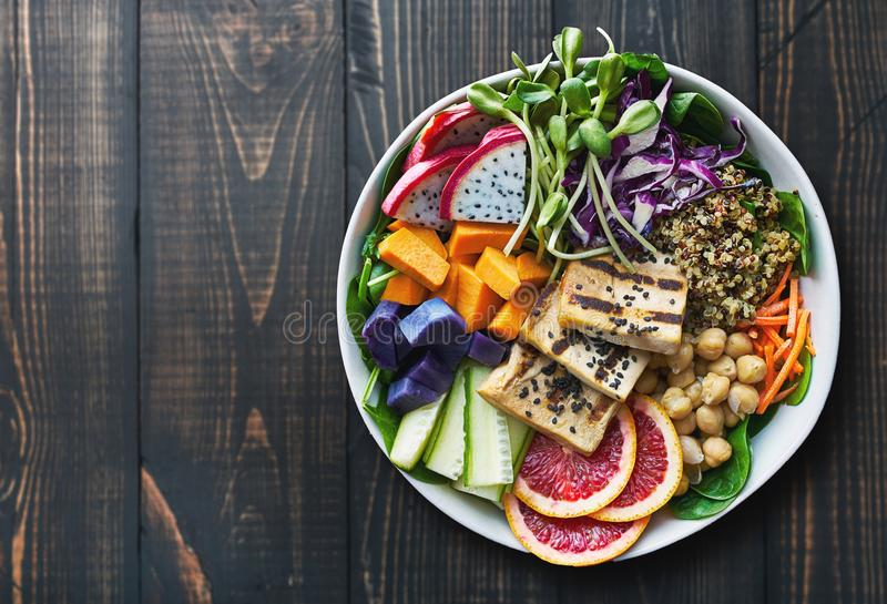 Kolorowy Buddha puchar z piec na grillu smok owoc i tofu zdjęcie royalty free