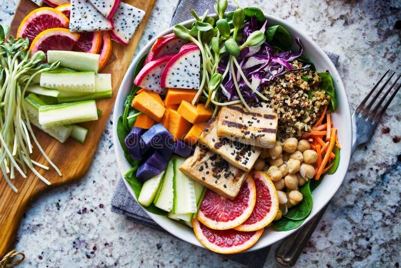 Kolorowy Buddha puchar z piec na grillu tofu fotografia stock