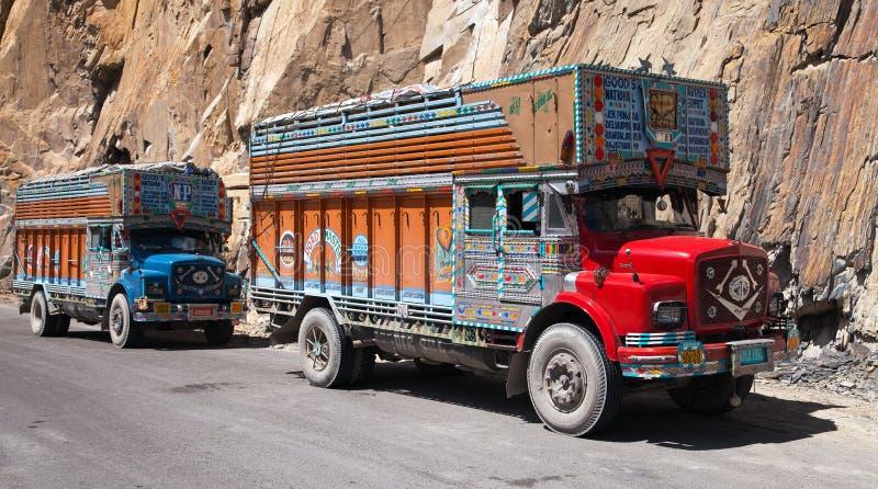 Kolorowy ciężarówka gatunek TATA w Indiańskich himalajach zdjęcie stock