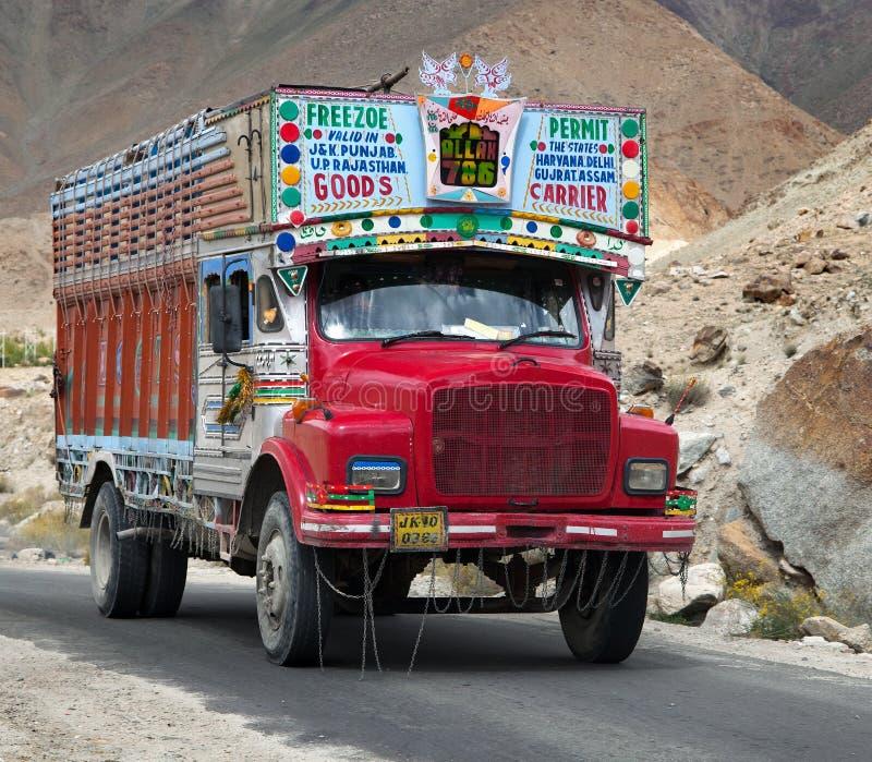 Kolorowy ciężarówka gatunek TATA w Indiańskich himalajach fotografia stock