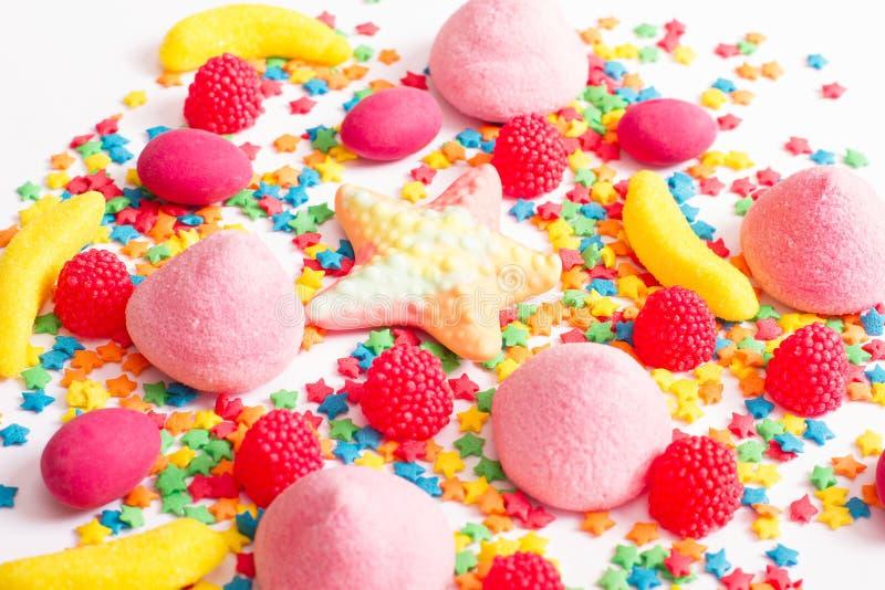 Kolorowy cukierek, lizak i cukierki odizolowywający na białym tle, Odgórny widok Selekcyjna ostrość zdjęcie stock