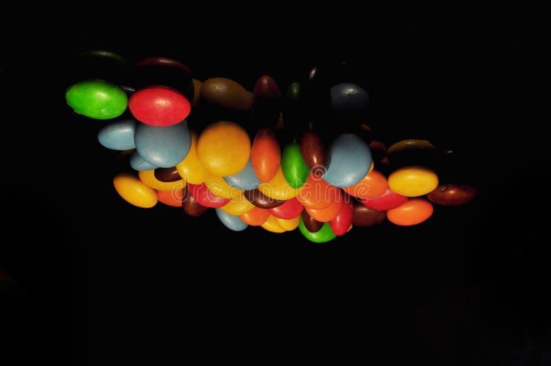 Kolorowy czekoladowy cukierek odizolowywaj?cy na czarnym tle obrazy stock