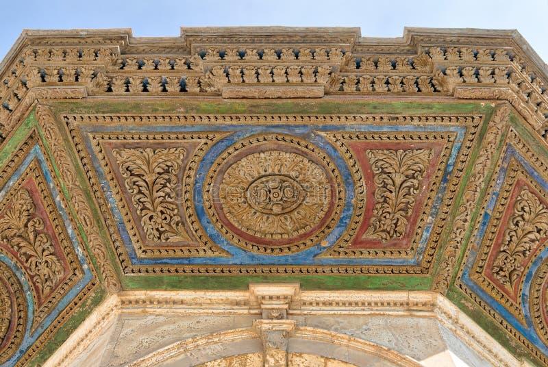 Kolorowy dekoracyjny panel sufit abluci fontanna przed Wielkim meczetem Muhammad Ali Pasha, cytadela Kair obrazy stock