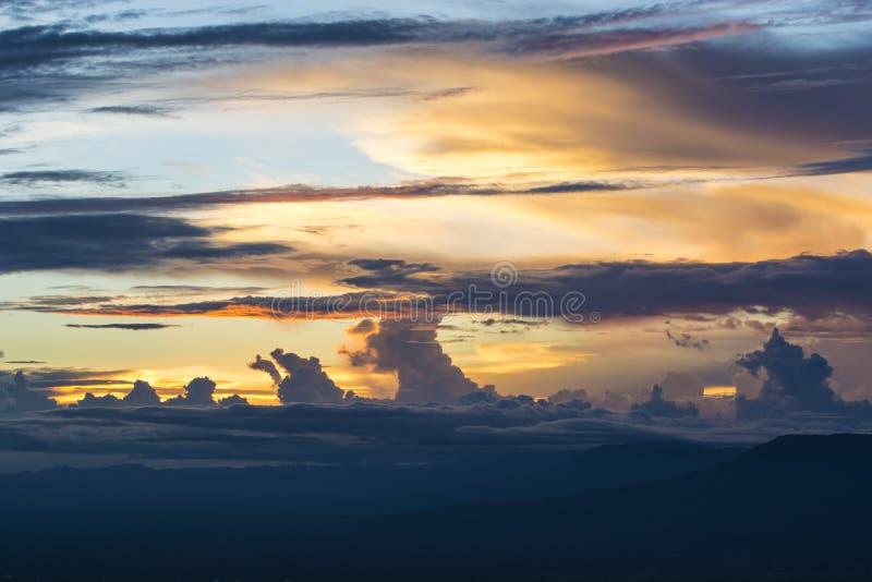 Kolorowy dramatyczny chmurny niebo przy zmierzchem zdjęcie stock