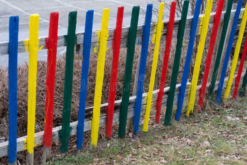 Kolorowy drewniany ogrodzenie - szczegół fotografia royalty free