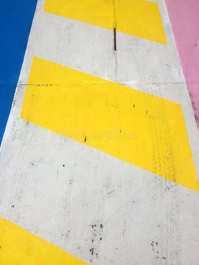 Kolorowy drogowy znak i rozdro?e na betonowej pod?odze zdjęcia royalty free