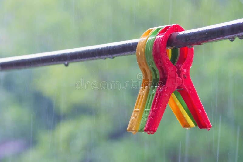 Kolorowy du?y sukienny kahat na odzie?owej linii w deszczowym dniu zdjęcia royalty free
