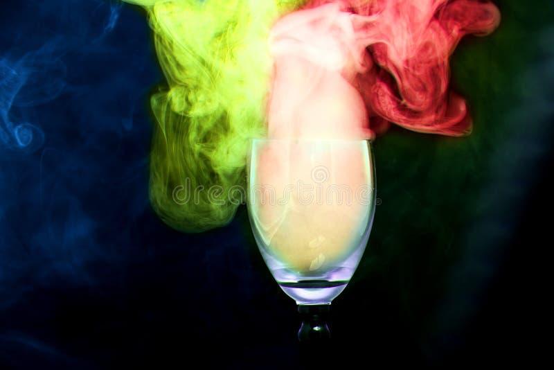 Kolorowy dym w koktajlu szkle obrazy stock