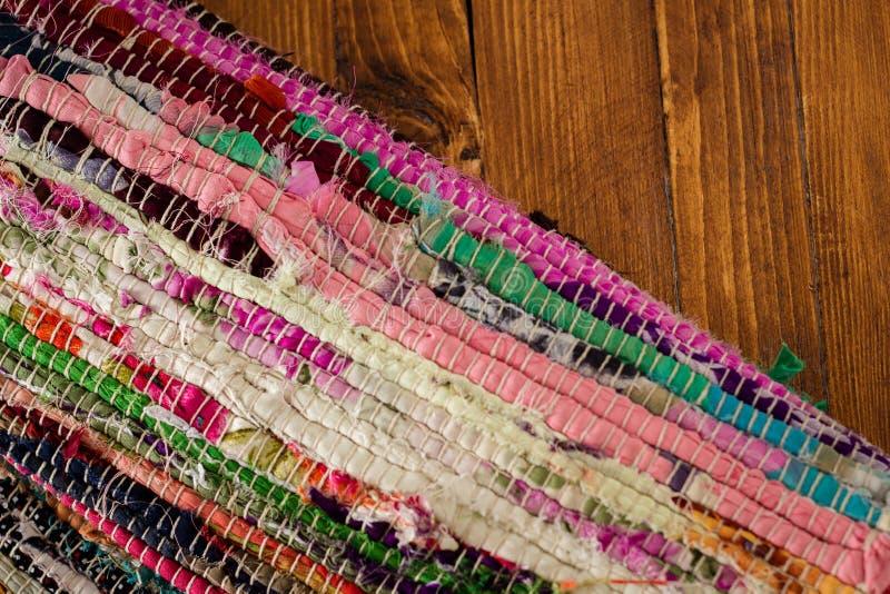 Kolorowy dywanik na retro drewnianym stole fotografia stock