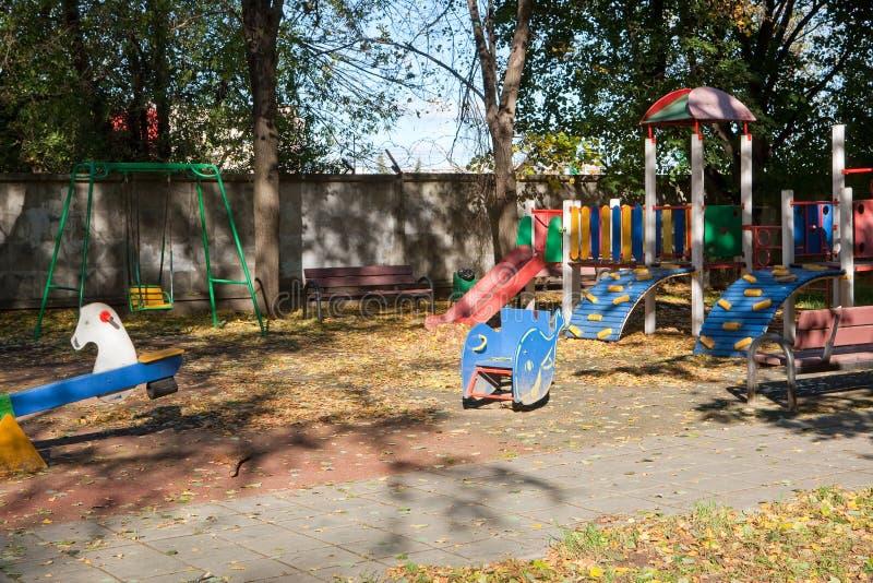 Kolorowy dziecka boiska aktywność park w słonecznym dniu publicznie Jesień Światło i cienie fotografia stock