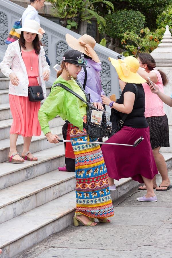 Kolorowy elegancki żeński podróżnika selfie fotografia stock