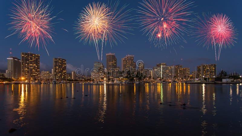 Kolorowy fajerwerk nad Honolulu linią horyzontu Hawaje zdjęcia stock