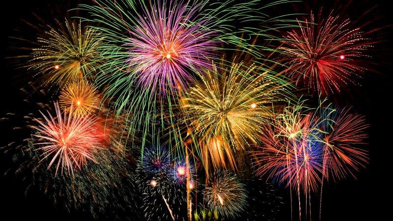 Kolorowy fajerwerku świętowanie na ciemnym nocnego nieba tle zdjęcia royalty free