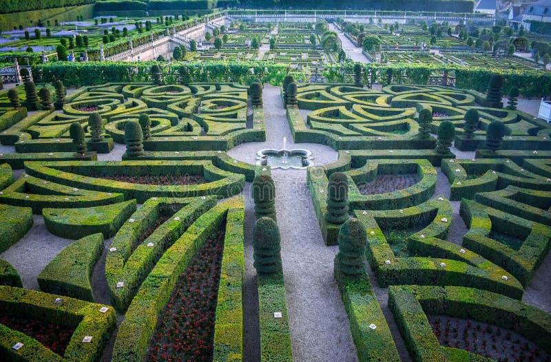 Kolorowy formalny ogród przy zmierzchem, z tajemniczym światłem obrazy stock