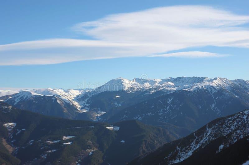 Kolorowy góra krajobraz - góry zakrywać z śnieżnym i porosłym z jedlinowymi drzewami, Vallnord, ksiąstewko Andorra, Europa zdjęcie stock