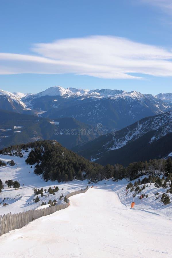 Kolorowy góra krajobraz - góry zakrywać z śnieżnym i porosłym z jedlinowymi drzewami, Vallnord, ksiąstewko Andorra, Europa obrazy royalty free