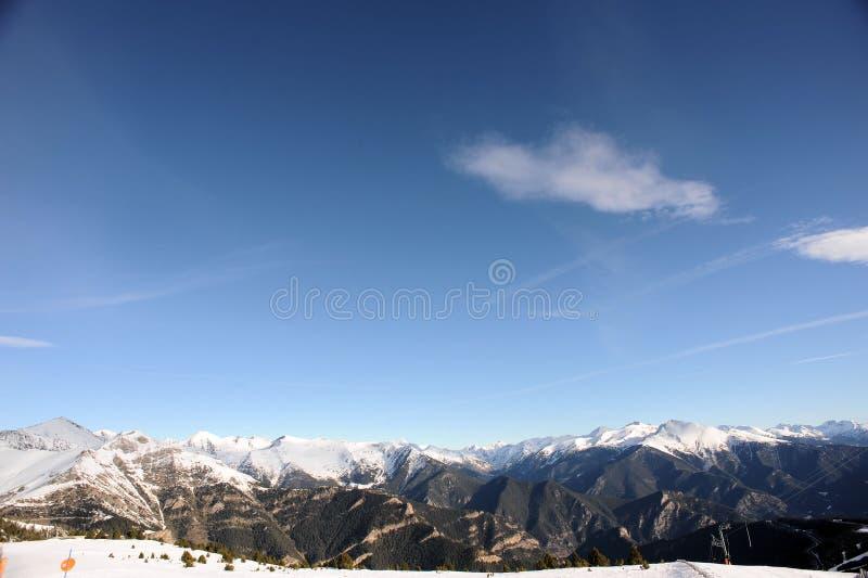 Kolorowy góra krajobraz - góry zakrywać z śniegiem, Vallnord, ksiąstewko Andorra, Europa zdjęcie royalty free