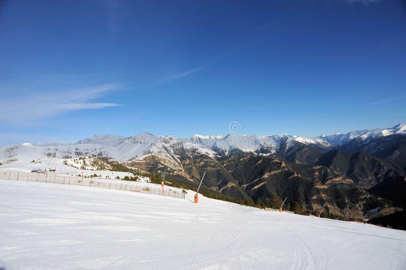Kolorowy góra krajobraz - góry zakrywać z śniegiem, Vallnord, ksiąstewko Andorra, Europa obrazy stock