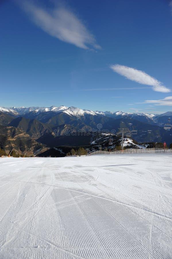 Kolorowy góra krajobraz - góry zakrywać z śniegiem, Vallnord, ksiąstewko Andorra, Europa zdjęcia stock
