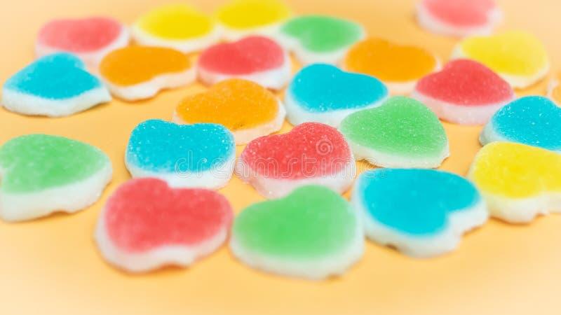 Kolorowy galaretowy Marshmallows cukierek w kierowym kszta?cie Poj?cie mi?o?? Szcz??cie wakacje T?o zdjęcia royalty free