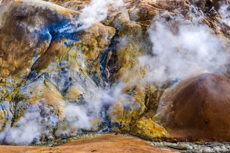 Kolorowy geotermiczny gorącej wiosny pole Kerlingafjoll, Iceland zdjęcia stock