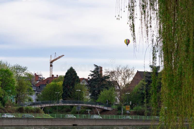 Kolorowy gorące powietrze balon unosi się nad Heidelberg obraz stock