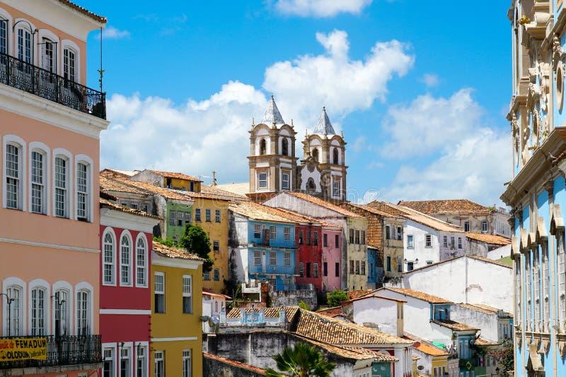 Kolorowy historyczny okręg Pelourinho z katedrą na tle Salvadore, Bahia, Brazylia obraz royalty free