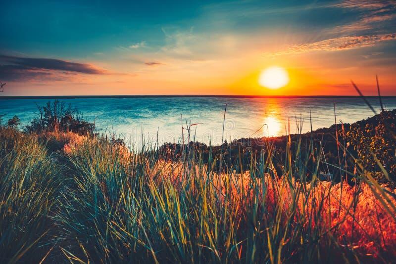 Kolorowy i Dramatyczny zmierzchu nieba oceanu tło obrazy stock