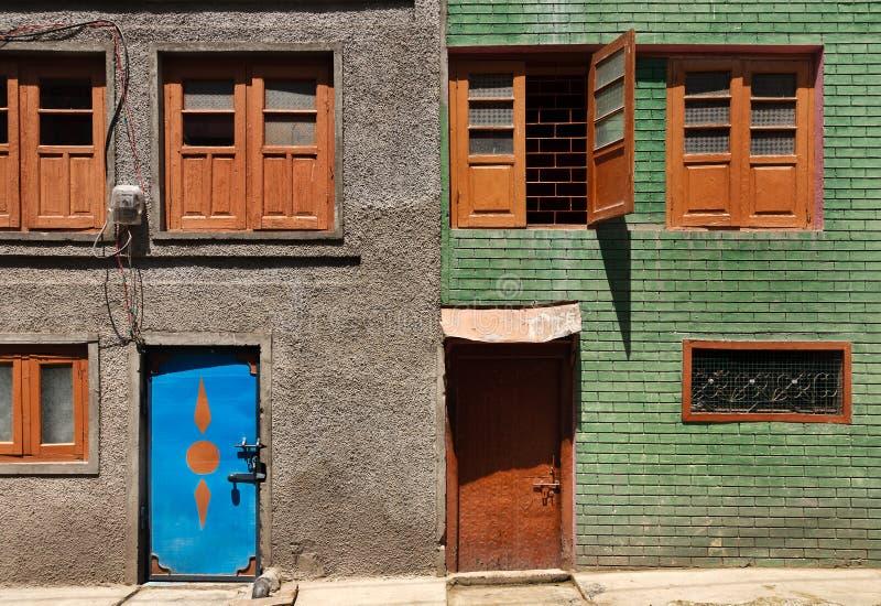 Kolorowy i grafiko tradycyjni budynki w Srinagar, Kaszmir fotografia stock