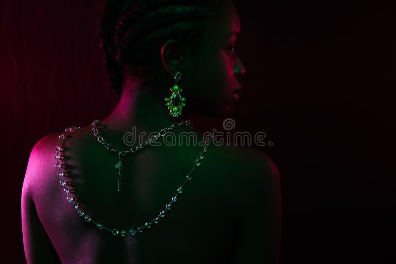 Kolorowy i kreatywnie portret afrykański kobieta plecy z ciemną skórą fotografia royalty free