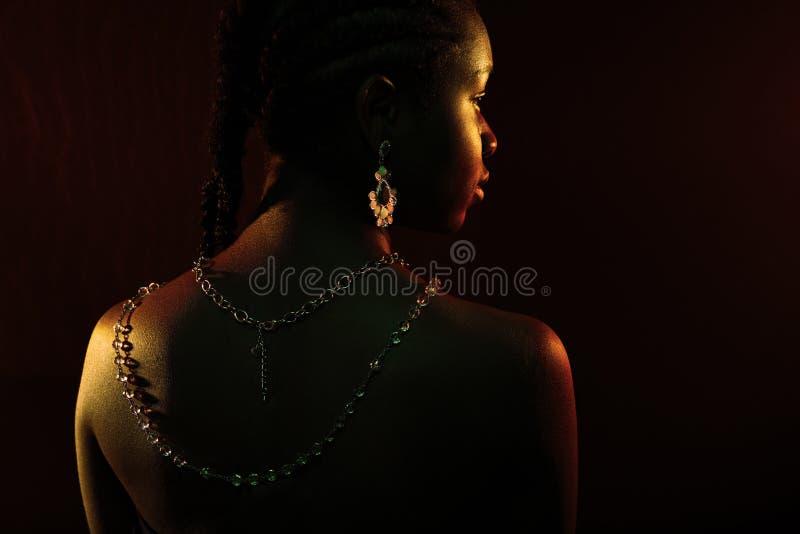 Kolorowy i kreatywnie portret afryka?ski kobieta plecy z ciemn? sk?r? zdjęcia royalty free